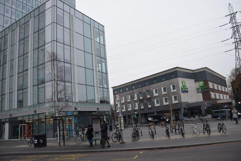 Estación de metro y centro comercial. 5 minutos a pie del apartamento