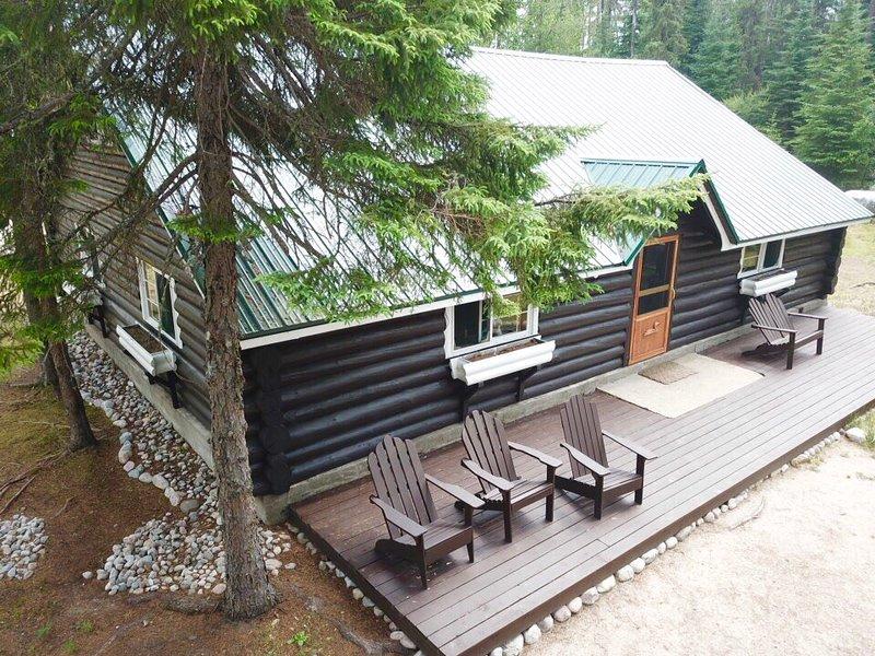 Devant notre pavillon principal avec grande terrasse, 2000 pieds carrés, immense cheminée, planchers en bois, peut accueillir 6 personnes facilement