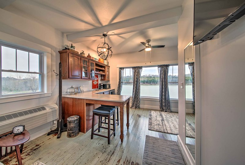 Lakefront Studio Guest Home on Hermann Wine Trail!, holiday rental in New Haven
