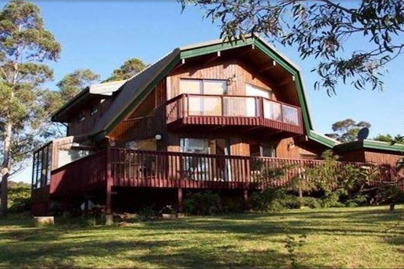 Sublime Cedar Lodge, holiday rental in Woodford