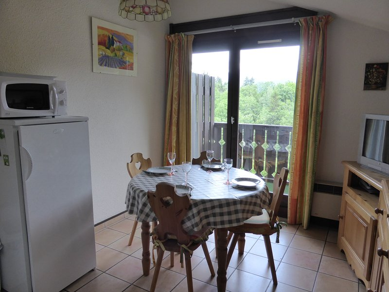 L'appartement est lumineux et rustique, idéal pour se détendre après une belle journée à l'extérieur.