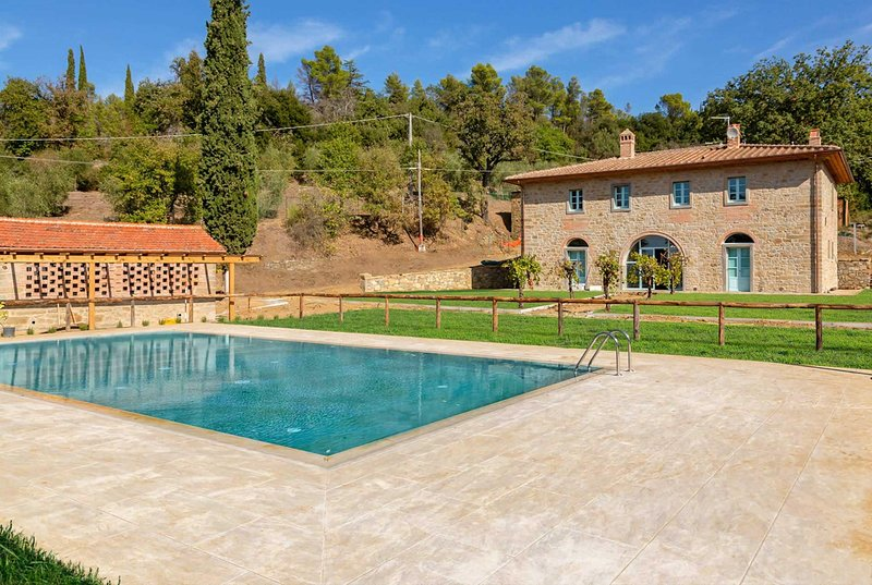 Stunning home. Both modern & traditional décor, vacation rental in Castroncello