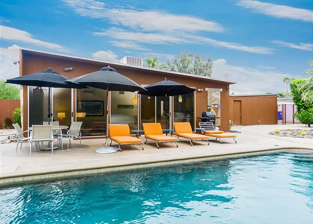 Stunning Alexander Home w/ Private Pool & Hot Tub – Featured on Modernism Tou, holiday rental in Palm Springs