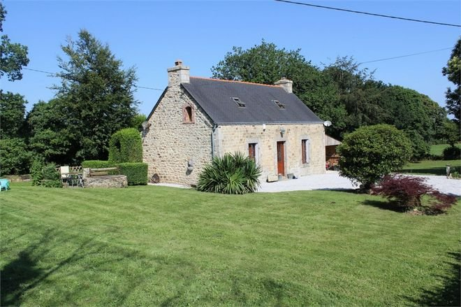 3 Bed Stone Cottage in beautiful countryside with 2 acres of land to enjoy., location de vacances à Rostrenen
