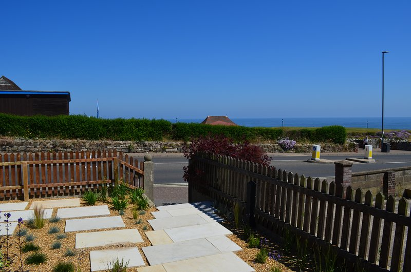 August House -Stunning sea views with beautiful gardens and off road parking, holiday rental in Cromer