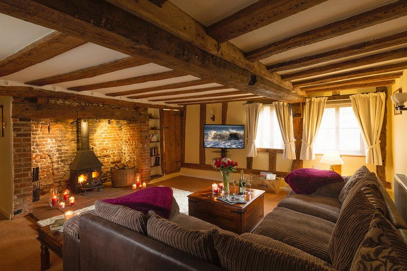 Sauna, Jacuzzi, fireplaces, pizza oven, bikes: Chocolate box 16th cottage, location de vacances à Haughley
