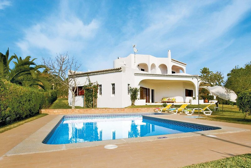 3 bed villa with pool and short walk to town, location de vacances à Figueira