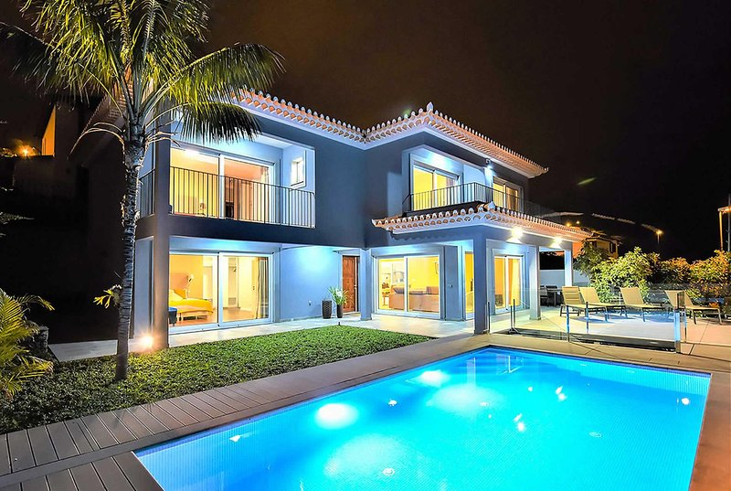 Beautiful five bed detached villa drive to Funchal, alquiler de vacaciones en Sao Goncalo
