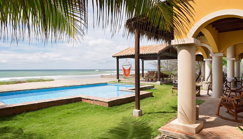 Casa Cantamar: Inviting outdoor space right on the sand, vacation rental in Popoyo