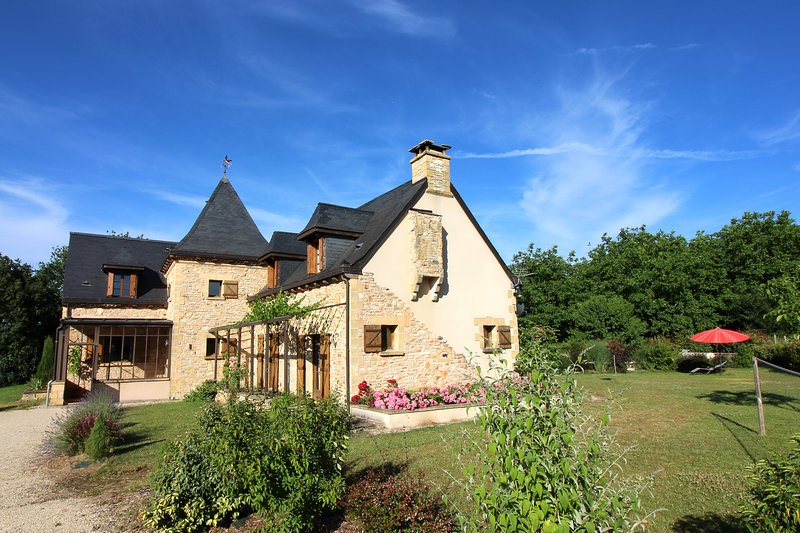 Stunning 5 Bedroom villa with heated private pool  and Summer Kitchen, vacation rental in Archignac