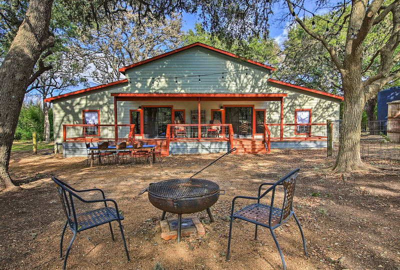 Charming 'Villa Cardinale Cabin' in Helotes!, holiday rental in Pipe Creek