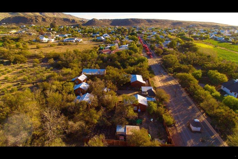 Photo aérienne des cabines de nuit et de la ville d'Eden