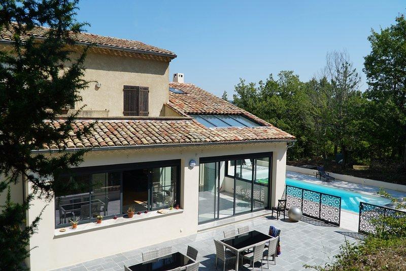 Luberon, 6 chbres, 14 couchages, piscine ensoleillée chauffée terrain privé 2ha., holiday rental in Montjustin