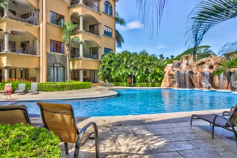 Tropical resort escape with a shared pool, ocean views, and easy beach access, holiday rental in Tamarindo