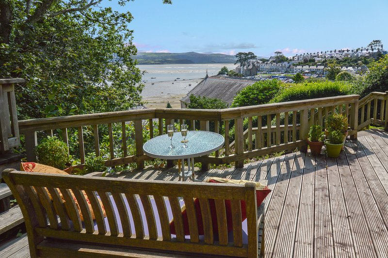 Stylish cottage with magnificent sea views in Borth y Gest, location de vacances à Tremadog