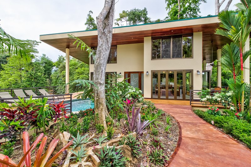 Jungle retreat w/ private pool, huge deck, and gorgeous views from every room, casa vacanza a Ballena