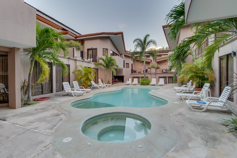 Spacious condo with shared pools, tennis, and more - walk to the beach!, vacation rental in Playa Matapalo