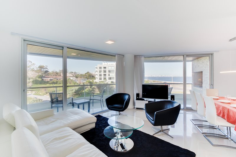 Sleek condo with shared pools & sauna, jet tub - only a walk to beach!, holiday rental in Punta del Este