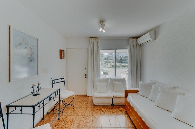 Bright & cheery family condo - close to the beach, restaurants & shops, holiday rental in Punta del Este