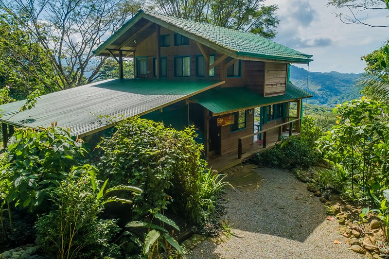 Colorful house with private pool, panoramic jungle views, alquiler de vacaciones en Playa Matapalo