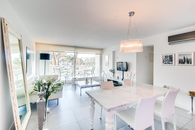Modern & sleek condo with shared pools, gym & sauna, private balcony, holiday rental in Punta del Este