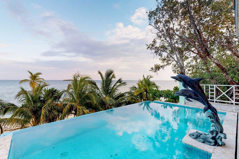 Modern oceanfront villa w/ocean views, pool & private beach access, alquiler de vacaciones en Guanaja