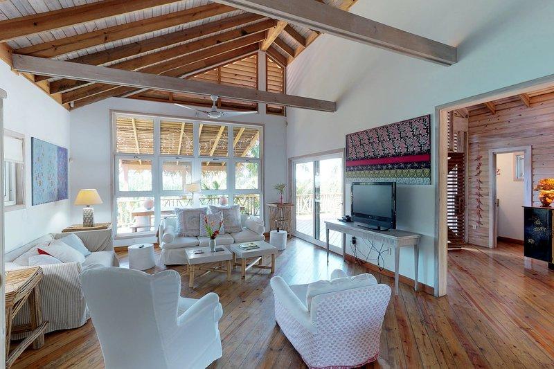 Gorgeous home w/ ocean views, private pool & easy beach access!, alquiler vacacional en Palmetto Bay