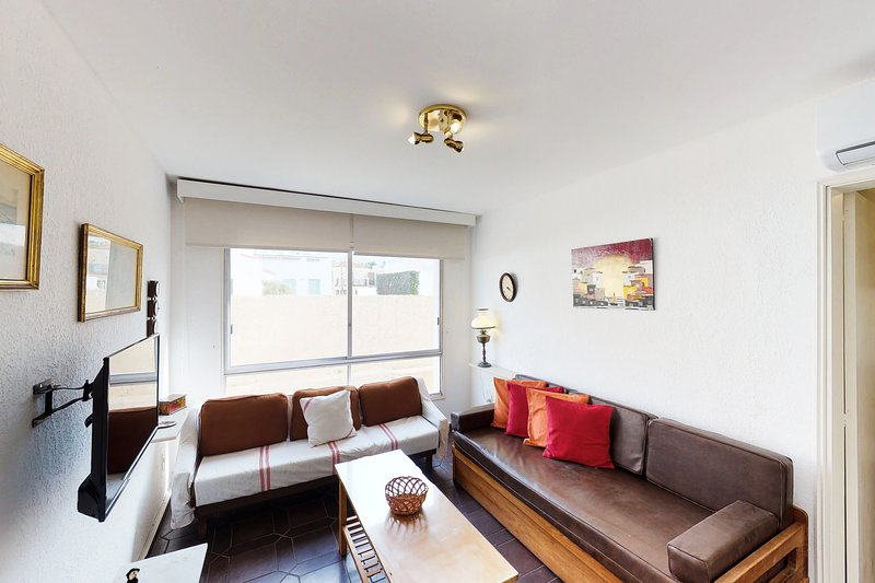 Homey oceanfront condo near dining, shopping, and the beach!, holiday rental in Punta del Este