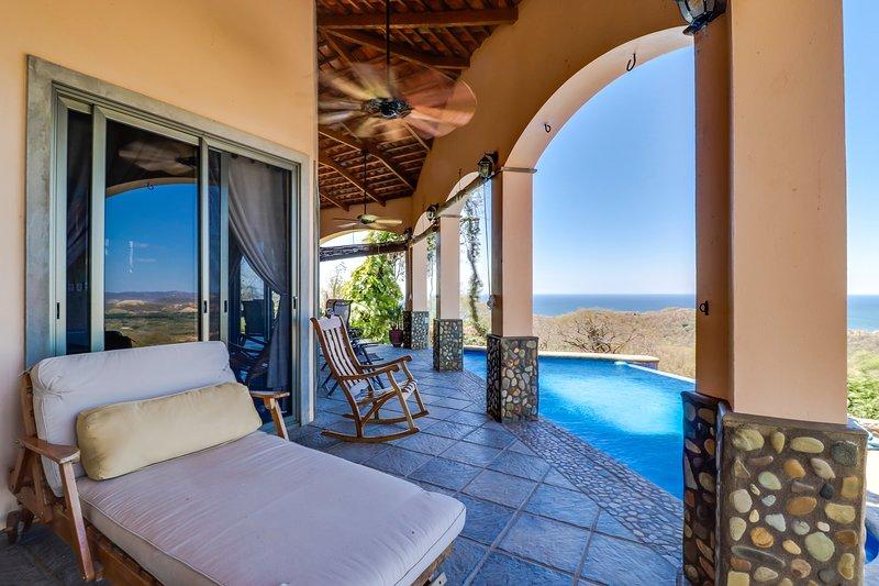 Long-term discounts: Oceanview villa w/ private pool, quiet location, near beach, location de vacances à Tola