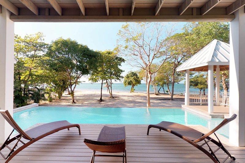Spacious oceanfront villa w/ ocean views, private pool & easy beach access!, alquiler vacacional en Palmetto Bay