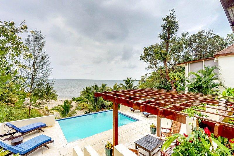 Beachfront villa w/private pool, terrace & gorgeous Caribbean views, alquiler de vacaciones en Guanaja