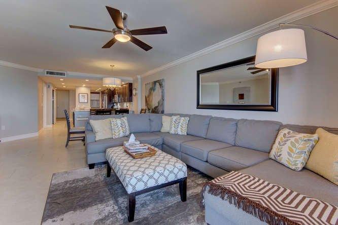 Soggiorno con ampio divano componibile