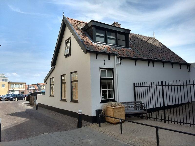 Strandhuis het Vissershuisje 15, Noordwijk, established 1785, (max 4p)