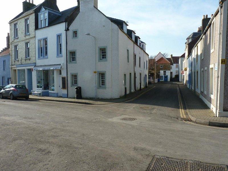 Hope Cottage bevindt zich in de straat aan de linkerkant.
