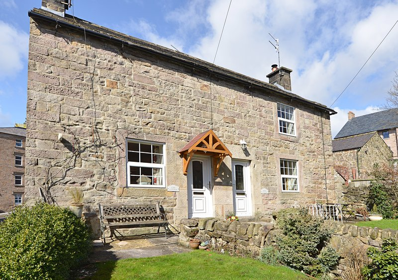 Jewel Cottage, Central Matlock Historic 1740's Cosy Cottage, vacation rental in Kelstedge
