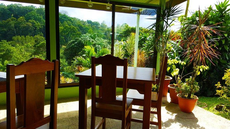 Vista sul giardino dalla porta d'ingresso della camera Tucano.