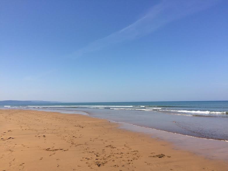 Una de las playas locales en un día soleado.