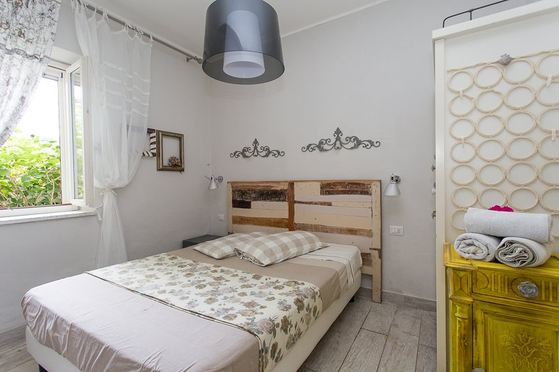 Romantic apartment in old town next to the sea. Cosy couple and family retreat!, holiday rental in San Salvatore