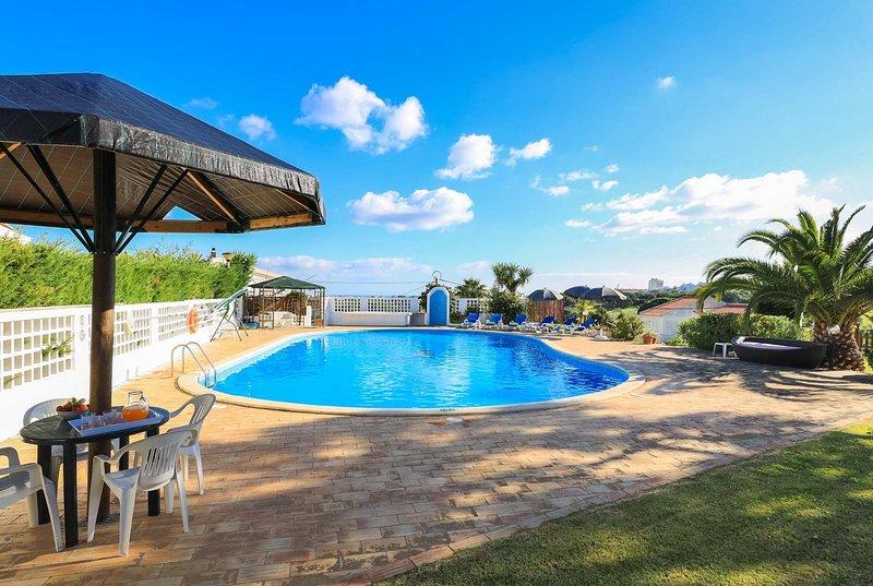 Bright spacious villa, BBQ, close to Albufeira – semesterbostad i Branqueira