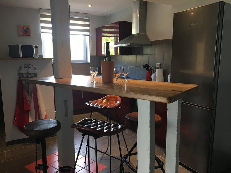 cucina attrezzata con mangiare in piedi