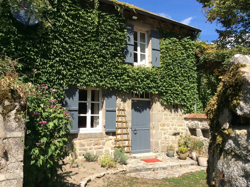 A peaceful traditional cottage in a small picture perfect hamlet near Aubusson., vacation rental in Felletin
