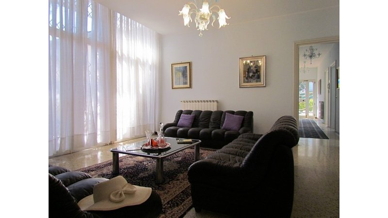 Huge Villa with Private Garden Close to the Beach, vakantiewoning in Bibione Pineda