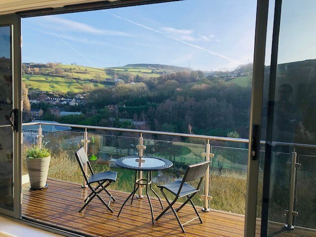 Stunning apartment with large balcony and great views, holiday rental in Ripponden