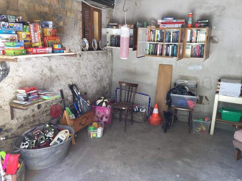 Recreatie ruimte met bibliotheek