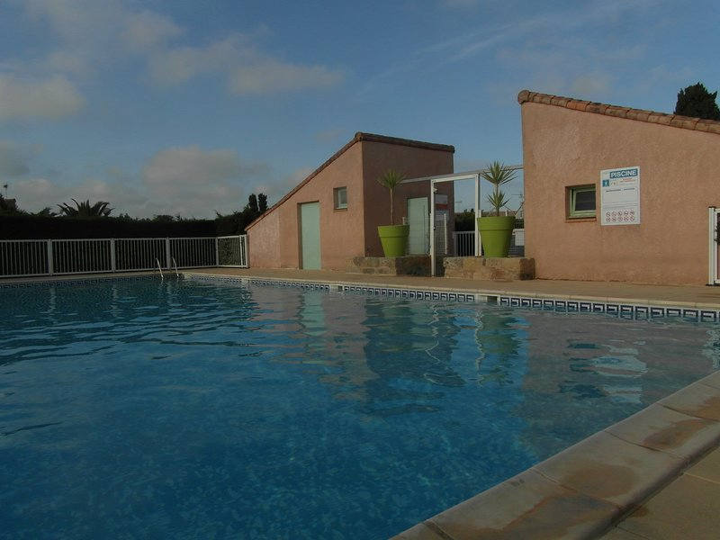 VALRAS : MAISONNETTE/RESIDENCE/PISCINE/WIFI POUR 4 PERSONNES A 300 M PIED PLAGE, holiday rental in Valras-Plage