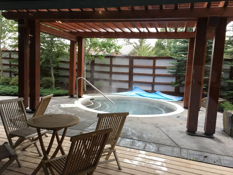 Stunning 2 Bedroom with Spa, Steam Room & Hot tub, holiday rental in Harvie Heights