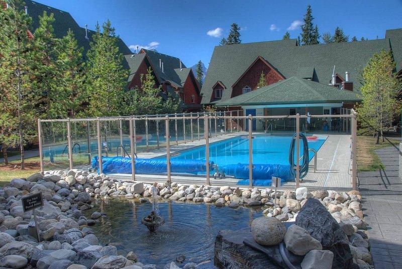 Tome un baño en la piscina climatizada al aire libre y en el jacuzzi