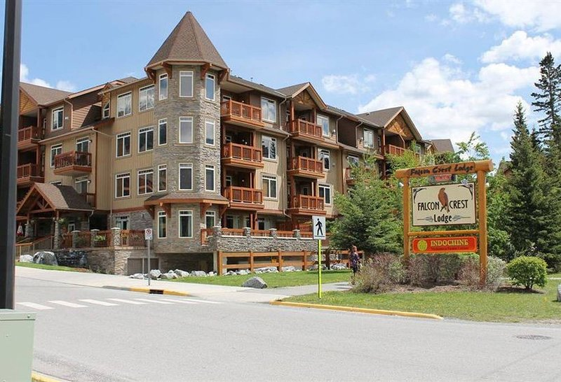 Inviting Rocky Mountain Condo In Top Rated Resort, holiday rental in Canmore