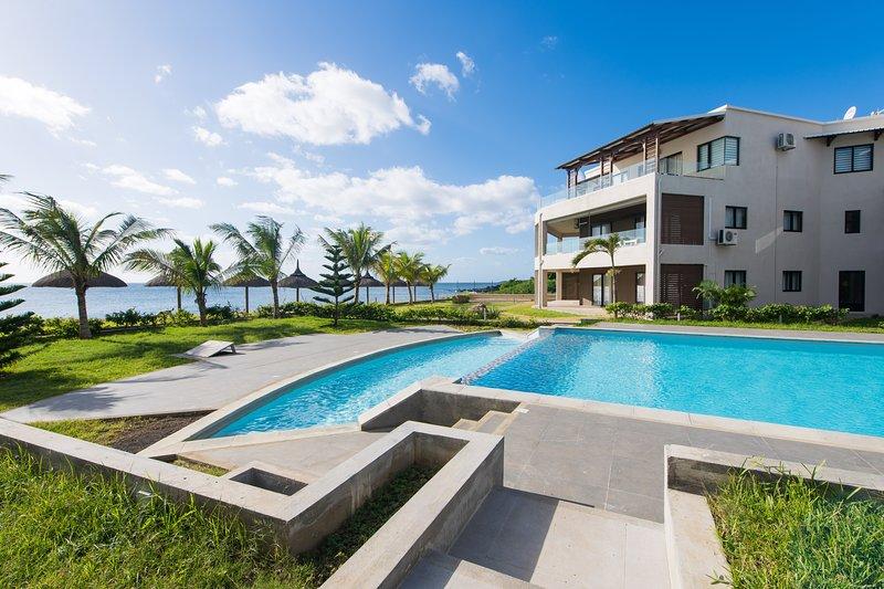 Spacious apt with pool access, location de vacances à Bambous