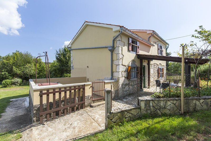Mali Turini Holiday Home Sleeps 5 with Air Con - 5472363, location de vacances à Kunj